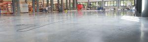 Reinigen einer gewerblichen Halle mit Betonboden